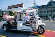 Pascal Aregger mit seinem E-Tuk-Tuk unterwegs in der Stadt Luzern. (Bild: Eveline Beerkircher, 26. Juni 2019)
