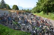 Der Veloparkplatz war bereits am Dienstag Nachmittag voll und so reihten sich Dutzende von Velos der Strasse entlang. (Bild: Alexandra Gächter)