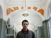 Der Winterthurer Künstler Mario Sala, hier vor einer seiner Arbeiten im Bahnhof Winterthur, beteiligt sich im Sommer 2019 am Zürcher Kunstparcours «Der grüne Henry» zum 200. Geburtstag von Gottfried Keller. (Bild: Keystone/STEFFEN SCHMIDT)