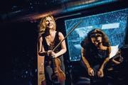 Stargeigerin Lisa Batiashvili begrenzt die Zahl ihrer Konzerte strikt, um Zeit für ihre Familie zu haben. (Bild: Stefan Hoederath/Getty, Monika Rittershaus)