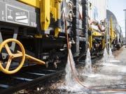 Die SBB hat den Prototyp eines Heisswasserspritzfahrzeuges zur Bekämpfung von Unkraut im Gleisbereich vorgestellt. Damit will die SBB erreichen, dass sie künftig kein Glyphosat mehr einsetzen muss. (Bild: Keystone/ENNIO LEANZA)