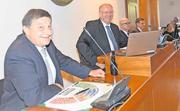 Der alte (Peter Steinegger, links) und der neue Präsident Othmar Büeler strahlen. (Bild: Andreas Seeholzer / Bote der Urschweiz)