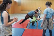 Michael Bless lehrt die Fünftklässler aus Stein einige Schwingtechniken. (Bild: Mea McGhee)