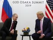 Der russische Staatschef Putin und US-Präsident Trump scherzten am Rande des G20-Gipfels in Osaka über Wahlmanipulationen und «Fake News». (Bild: KEYSTONE/EPA SPUTNIK POOL/MICHAEL KLIMENTYEV/SPUTNIK/KREMLIN POO)