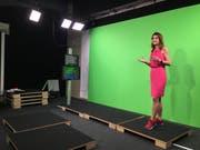 Cindy Amherd von Meteonews moderiert das Wetter im Studio in Zürich-Oerlikon (Bild: Pascal Ritter)