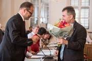 Der neue Obwaldner Landammann Josef Hess (links) nimmt die Gratulation des kurz vor ihm ebenfalls neu gewählten Kantonsratspräsidenten Reto Wallimann entgegen. (Bild: Nadia Schärli, Sarnen, 28. Juni 2019)
