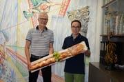 Peter Graf (links) übergibt den Pinsel und damit die Firma an Hermann Thoma (rechts). (Bild: Alexandra Gächter)