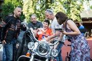 Brigitte Schaub freut sich, auf einer Harley sitzen zu dürfen. (Bild: Manuela Jans-Koch, Luzern, 28. Juni 2019)