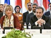 Irans Vizeaussenminister Abbas Araghchi (r) glaubt nicht, dass die bei dem internationalen Treffen in Wien erzielten Fortschritte von Teheran als ausreichend angesehen werden. Links im Bild ist Helga Schmid, Generalsekretärin des Europäischen Auswärtigen Dienstes. (Bild: KEYSTONE/APA/APA/HERBERT NEUBAUER)