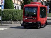 Berns autonomer Kleinbus ist rot - wie die grossen Busse von Berns städtischen Verkehrsbetrieben Bernmobil. (Bild: KEYSTONE/ADRIAN REUSSER)