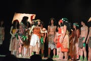 Die Darstellerinnen und Darsteller treten in farbenfrohen Kostümen auf. (Bilder: Monika Wick)