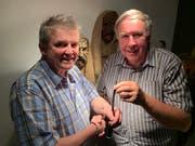 Walter Bär-Vetsch (rechts) übergibt Rolf Gisler-Jauch das Werk «Kraft aus einer andern Welt – Zeichen und Handlungen des Volksglaubens und der Volksfrömmigkeit in Uri» auf einem Datenträger für die Aufnahme ins Urikon. (Bild: PD)