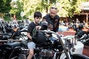 Faszinierend: Ein Mitglied des «Stonecourt» erklärt einem Rodtegg-Bewohner den Harley-Davidson. (Bild: Manuela Jans-Koch, Luzern, 28. Juni 2019)