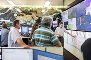 Meteorologe Roland Mühlebach (rechts) in der Prognose- und Flugwetterzentrale von Meteo Schweiz am Flughafen Zürich. Bild: Severin Bigler (26. Juni 2019)