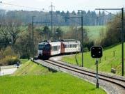 Ein Zug der Freiburgischen Verkehrsbetriebe - hier zwischen Freiburg und Murten. (Bild: KEYSTONE/PETER SCHNEIDER)
