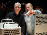 Der jahrelange Design-Chef des Apple-Konzerns, Jony Ive (rechts), verlässt das Unternehmen und macht sich selbständig. (Bild: KEYSTONE/AP/JEFF CHIU)