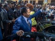 Zu selten zu Hause, findet die Opposition Kameruns: Sicherheitskräfte von Präsident Paul Biya haben vor einem Hotel in Genf, in dem Biya logiert, mutmasslich einen Schweizer Journalisten angegriffen. Das EDA hat daraufhin den Botschafter Kameruns nach Bern zitiert. (Archivild) (Bild: KEYSTONE/EPA/NIC BOTHMA)