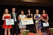 Die Auszeichnungen für die besten Leistungen gingen an drei junge Frauen: Lena Zweifel, Grabs (1. von links), Lara Donielli, Romanshorn (4. von links) und Janina Wurster, Ruggell (ganz rechts). (Bilder: Heini Schwendener)