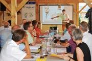 Trotz Hitze: Die Delegierten freuen sich über das Gastrecht in der Wiler Firma S. Müller Holzbau AG. (Bild: Roland P. Poschung)