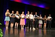 Zehn junge Personen schlossen die Beruflehre mit Bestnoten ab. Ganz links steht die Jahrgangsbeste, Alexa Bürgi (Bild: Christof Lampart)