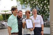 Richard Butz (links), Hotelleiter von Schloss Wartegg, freut sich zusammen mit seinen Kollegen über die Auszeichnung. (Bild: Ines Biedenkapp)