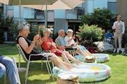 Cocktails und Mini-Swimmingpool: Die Bewohner des Altersheims Sonnenhof geniessen den Sommer trotz heissen Temperaturen. (Bild: PD)