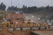 Die chinesische Baufirma China Wu Yi erweitert eine Strasse nördlich der kenianischen Hauptstadt Nairobi. Bild: Daniel Irungu/EPA (Kiambu, 9. April 2019)