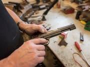 Beim Hantieren mit einer Schusswaffe im Keller hat sich in Winterthur ein 70-Jähriger schwer verletzt. (Bild: KEYSTONE/CHRISTIAN BEUTLER)