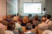 Karim Twerenbold informiert die Zuhörer im Hotel Blumenstein über den geplanten Busterminal im Sonnmatt-Quartier. (Bild: Reto Martin)