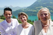 Die Seelisberger Gemeindepräsidentin Judith Durrer mit dem neu gewählten Verwaltungsratsmitglied Angela Schori und Verwaltungsratspräsidentin Barbara Merz (von links). (Bild: Christoph Näpflin, Seelisberg, 27. Juni 2019)