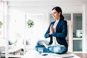 Techniken für mehr Achtsamkeit im Arbeitsalltag schaffen Erholung und stärken die psychische Widerstandskraft. (Bild: Getty)