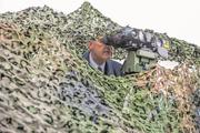 Wir halfen dem Verteidigungsminister, sich den Durchblick zu verschaffen: Guy Parmelin am Grossanlass «Thun meets Army & Air Force» der Armee von 2016. Bild: Alexander Kühni / Thomas Gerber