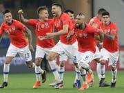 Die chilenischen Spieler freuen sich über den Halbfinal-Einzug (Bild: KEYSTONE/AP/ANDRE PENNER)