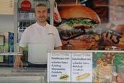 Ameti Fazli, der heutige Betreibe von Chez Fritz. Der älteste Fast-Food-Stand der Stadt St.Gallen steht auf dem Blumenmarkt. (Bild: Emma-Emily Wolf)