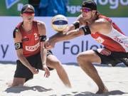 Adrian Heidrich (am Ball) und Mirco Gerson sind mit einem Zweisatzsieg in die Beachvolleyball-WM in Hamburg gestartet (Bild: KEYSTONE/PETER SCHNEIDER)