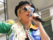 Lady Gaga ist bei einer Feier zum Jahrestag der Stonewall-Proteste, einem Wendepunkt für die Schwulenbewegung, überraschend aufgetreten. «Ihr seid so geboren, und ihr seid Superstars!» sagte sie in Anspielung auf ihren Song «Born This Way». Dieser wurde zu einem Hit der Homosexuellenbewegung. (Bild: KEYSTONE/AP Invision/GREG ALLEN)