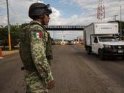 Mexiko will tausenden Migranten in Arbeit bringen und unterzeichnet dazu Vereinbarungen mit Firmen. (Bild: KEYSTONE/AP/OLIVER DE ROS)