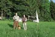 Der Multikopter, hier bedient von Daniel Wyss (rechts), verfügt über eine Wärmebildkamera, die Rehkitze in der Wiese auf dem Bildschirm in der Hand von Adrian Baumberger anzeigt. (Bild: Eddy Schambron)