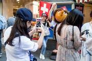Ein bekanntes Bild in Luzern: Touristen auf Sujetjagd in der Altstadt. (Bild: Alexandra Wey/Keystone)