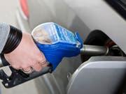 Die höheren Benzinpreise waren ein Treiber für die Teuerung im Mai. (Bild: KEYSTONE/MARTIN RUETSCHI)