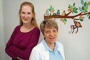 Christiane Dhingra (links) und Maira Snikere kümmern sich um die kleinen Patientinnen und Patienten. (Bild: Eddy Schambron)