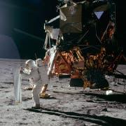 Ein Mitglied der Besatzung von Apollo 11 bei der Arbeit auf der Mondoberfläche. (Bild: PD/Naturmuseum St.Gallen)