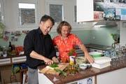 Hildegard Keller und Christof Burkard beim gemeinsamen Kochen in ihrer Wohnung. (Foto: Valeriano Di Domenico)
