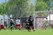 Michael Wiprächtiger (Nummer 11) erzielt nach 17 Minuten mit dem Kopf die wichtige Bütschwiler Führung. (Bild: Beat Lanzendorfer)