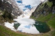 Im Flachland hat am Auffahrtswochenende der Sommer Einzug gehalten. In den Bergen, auch im Alpstein wie im Bild am Sämtisersee, hat's aber immer noch viel Eis und Schnee. (Bild: Ralph Ribi - 31. Mai 2019)