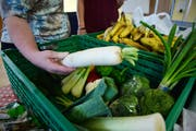 «Tischlein deck dich» ist eine der Organisationen, die in der Ostschweiz Bedürftige direkt mit vor der Vernichtung bewahrten Lebensmitteln versorgen. Im Bild die Abgabestelle von «Tischlein deck dich» in Bischofszell TG. (Bild: Reto Martin - 16. Oktober 2014)