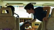 William (Stéphane Bak, links) und Gyllen (Fionn Whitehead) fahren im Wohnmobil von Marokko nach Calais. (Bild: Pathé)