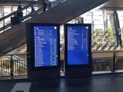 So sehen zwei der vier interaktiven Monitore aus, die neu im Bahnhof stehen. (Bild: Simon Mathis, Luzern, 3. Juni 2019)