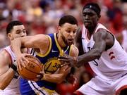 109:104-Sieg für die Warriors im zweiten Spiel: Golden State, hier mit Captain Stephen Curry am Ball, gleicht die NBA-Finalserie gegen Toronto wieder aus (Bild: KEYSTONE/AP The Canadian Press/FRANK GUNN)
