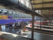 Durch eine verständliche Signalisation wollen die SBB den Personenfluss am Bahnhof beschleunigen. (Bild: Simon Mathis, 3. Juni 2019)